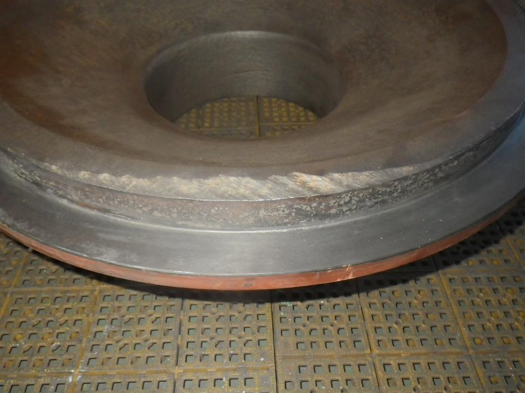 スラリーポンプを分解した部品 摩耗したフロントライナ拡大