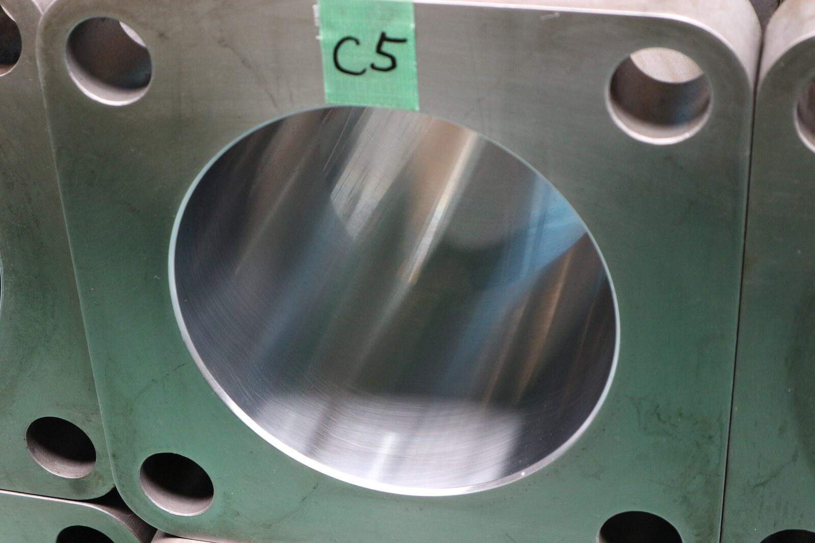微粉砕用竪型ミルのローラ 圧下用シリンダー フランジ