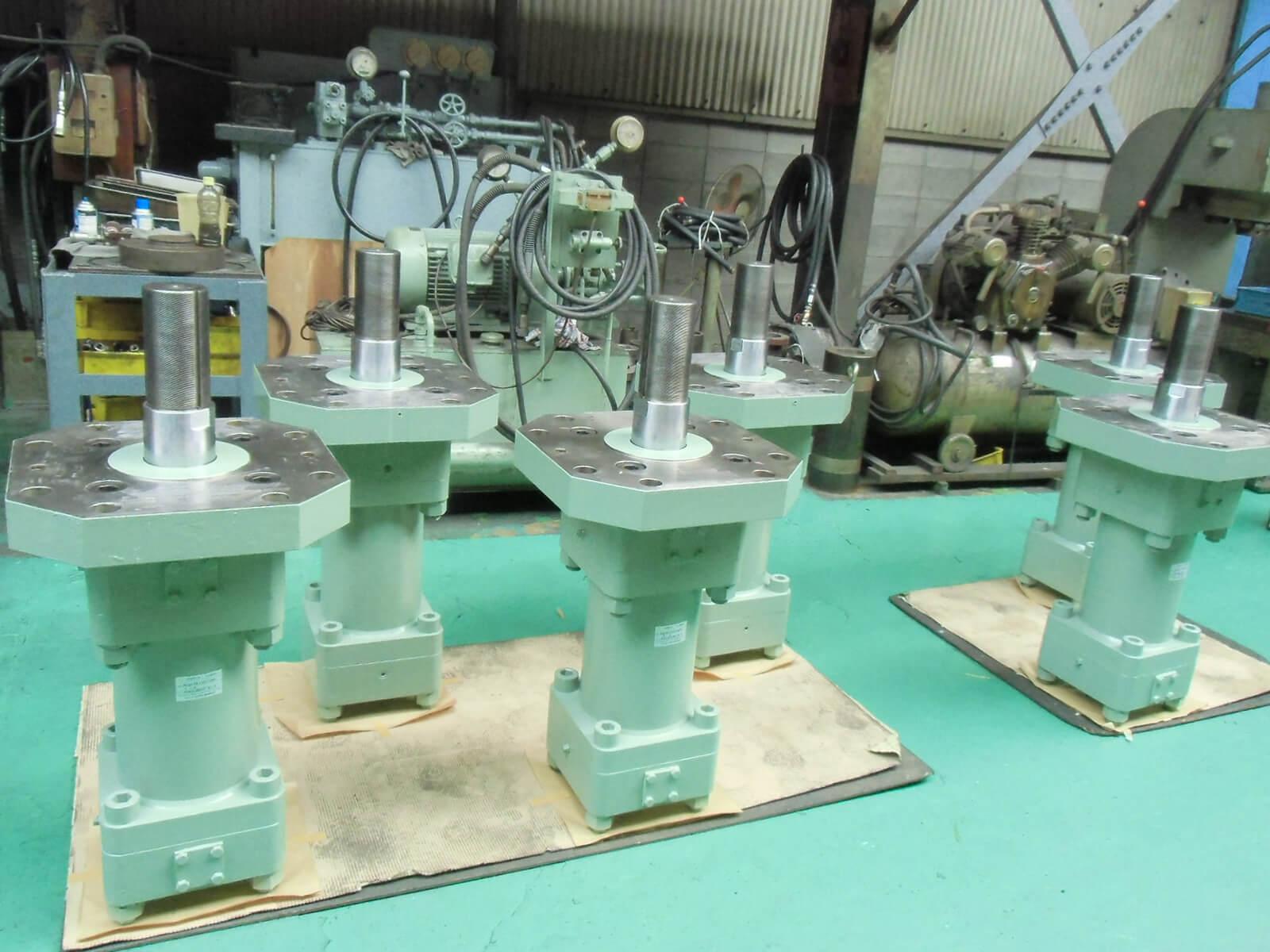 微粉砕用竪型ミルのローラ 圧下用シリンダー